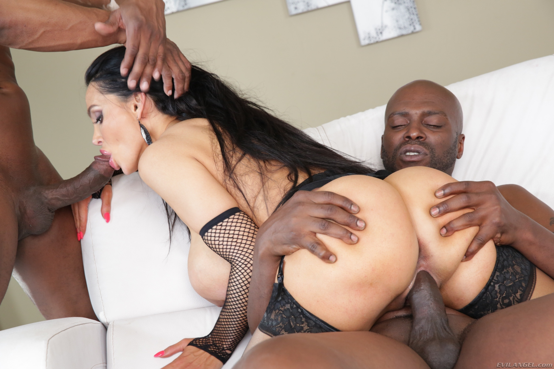 Interracial Gangster Bitch Sucks On Cock