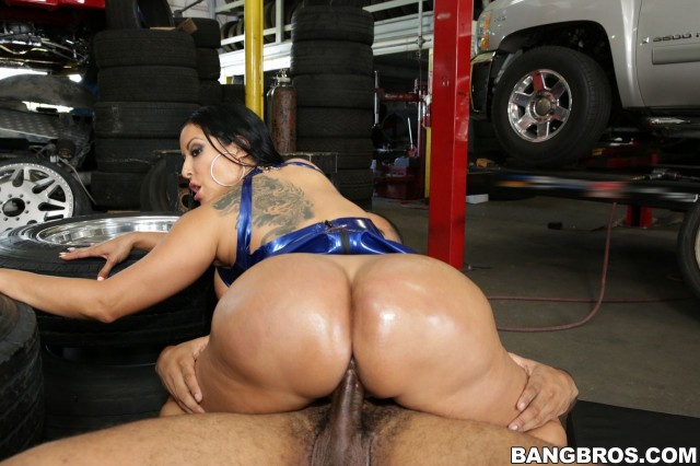 Kiara Mia – Big Ass Fucked At The Mechanic Shop Uncut